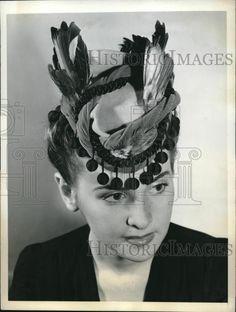 1942 Press Photo Elaine Goodwin modeling a Lily Dache's Escape Hats