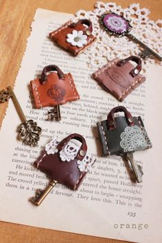 From Orangemee blog, an idea for a miniature leather bag Leather Ring, Leather Gifts, Leather Keychain, Leather Jewelry, Leather Craft, Leather Wallet, Leather Binder, Leather Book Covers, Diy Crafts How To Make