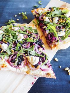 Who would have guessed that blueberry and foamed feta go perfectly together on a pizza! Hot Dog, Street Food, Vegetable Pizza, Feta, Hamburger, Blueberry, Vegetarian Recipes, Vegetables, Cottage