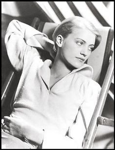 Lee Miller - model, talented photographer (& was later the official war photographer for Vogue, documenting the Blitz), part of the surrealist movement, Man Ray muse & general rad feminist badass. I adore her. Lee Miller, Man Ray, Sarah Moon, Paolo Roversi, Peter Lindbergh, Louise Brooks, Eduardo Kingman, Vintage Photography, Fashion Photography