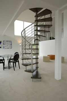 La scala Top Inox di Novalinea ha scalini in rovere nella finitura decapata e spazzolato nero. Ha diametro di 140 cm