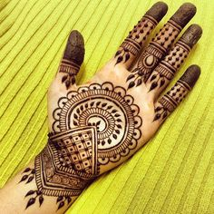 Are you looking for easy mehndi designs for eid that you can try at home? We have collected some of the simple and elegant look mehndi designs for you. Henna Tattoo Designs Simple, Mehndi Designs Book, Mehndi Designs For Kids, Full Hand Mehndi Designs, Indian Mehndi Designs, Mehndi Designs For Beginners, Modern Mehndi Designs, Mehndi Design Photos, Mehndi Designs For Fingers