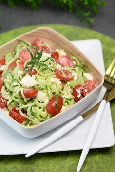 Der Gurken-Tomaten-Salat ist ein schneller Salat zum Grillen aber er eignet sich auch perfekt als kalte Mahlzeit im Sommer. Natürlich ist er Low Carb und glutenfrei.