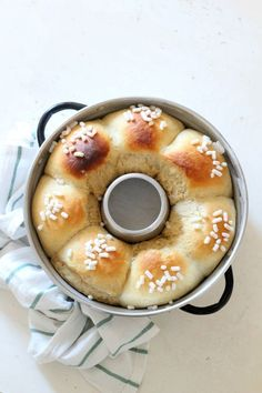 La brioche alla ricotta è un lievitato dolce super soffice adatto per la colazione e per la merenda. Grazie alla ricotta ...