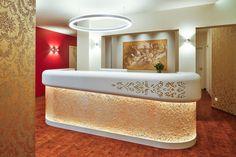 装飾アクリルパネル「Fiocchi Gold」施工事例/病院受付カウンター腰