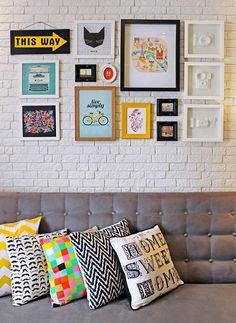 Parede de quadros com placa e objetos