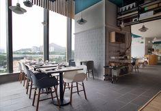 Arredamento stile nordico e piatti scandinavi in un ristorante a Hong Kong…
