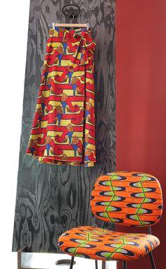 Gonna wax print della collezione 'Abbinamenti improbabili?' di Alvine Demanou per Shop Saman; sedia rivestita con wax print.