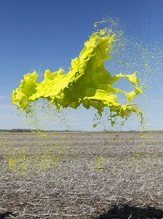 Jaillissement de peinture suspendue dans l'air