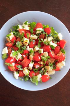 Chopped Caprese Salad – 5 ingredients, 10 minutes to make Chopped caprese salad, 5 ingredients and ready in 10 minutes. An easy way to enjoy this delicious gluten-free appetizer any time you want! This fresh salad will keep you coming back for more. Gluten Free Appetizers, Vegetarian Appetizers, Yummy Appetizers, Vegetarian Recipes, Cooking Recipes, Healthy Recipes, Easy Cooking, Healthy Snacks, Easy Salad Recipes