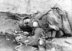 soldado alemão morto segurando uma granada que ele estava prestes a jogar 1944