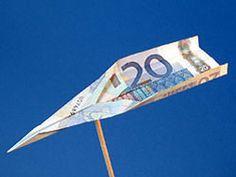Geldgeschenk Hochzeitsreise: Geldschein zum Flugzeug falten