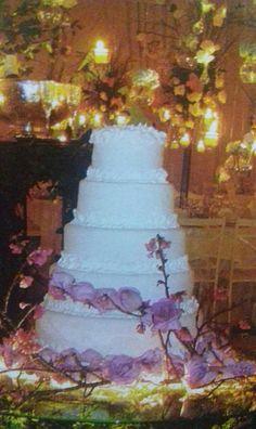 Bolos branco para casamento em biscuit , feitos pelo ateliê Sapatinho de Cristal