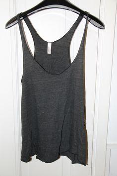American Apparellin hihaton paita. Itse käytin tekemällä solmut hihoihin, jotta kaula-aukko ja hihanaukot olisivat pienemmät.