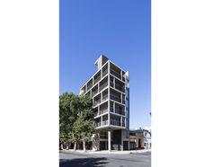 Un edificio en propiedad horizontal que se impone en el tejido urbano desde su ubicación en esquina y su doble trama de hormigón.