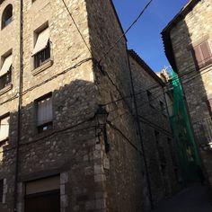 Vista de calle típica en que puede ver líneas eléctricas