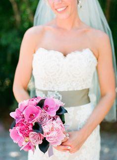 Was macht eine schöner lächelnde Braut noch schöner? Genau! Ein schöne Blumenstrauß ;)