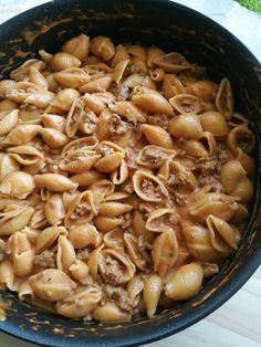 Μια γρήγορη και εύκολη συνταγή με κιμά και ζυμαρικά. Διαλέξτε ζυμαρικά κοχύλια και απολαύστε τα συνδυασμένα με αυτή την υπέροχη κρεμώδη σάλτσα κιμά! Cookbook Recipes, Pasta Recipes, Cooking Recipes, Pastry Cook, Black Eyed Peas, Greek Recipes, Salads, Beans, Food And Drink