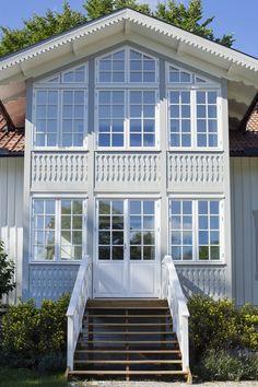 Fönster och ytterdörrar med stort lager av ytterdörrar! Swedish Cottage, Sweden House, Villa, Modern Traditional, House Goals, This Old House, Home Fashion, Country Style, Old Houses