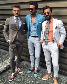O do meio é bem legal (desconsiderando o sapato) e o da esquerda a combinação é legal, o tênis também, mas as cores acho que podiam se outras.