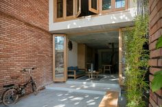 IZ architects completes vietnamese house with front courtyard enclosed by steel grid Indoor Courtyard, Front Courtyard, Courtyard House, Facade House, Narrow House Designs, Cool House Designs, Cement House, Bali House, House On Stilts