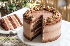 La recette du layer cake au chocolat. Il est composé d'un chiffon cake au cacao, d'un crémeux chocolat noir et d'une ganache montée chocolat au lait et mascarpone.