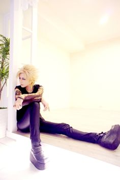 "And one more Gackt, this time in his ""Vanilla"" look. Will you look at those endless legs? <3"