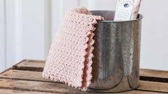 """Jeg synes, det her hæklemønster er ret nyt og yndigt, men det kaldes af uforklarlige årsager for """"grums"""". Lidt uretfærdigt. Crochet Dishcloths, Crochet Stitches, Crochet Home, Diy Crochet, Decor Crafts, Diy And Crafts, Mug Cozy, Manta Crochet, Drops Design"""