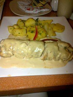 ENVOLTINI DE PLÁTANO MADURO: Pechuga de pollo enrollada rellena de queso, plátano maduro y tocineta con salsa y crema