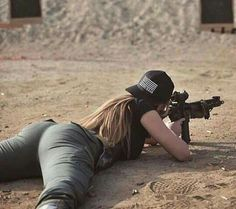 Chica pistola metralleta piso