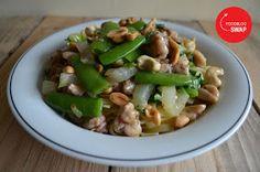 Kung pao chicken met noodles, sugar snaps en paksoi