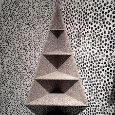 Etagère d'angle en granit par Doorzon / Biennale Interieur 2014 - Courtrai, Belgique / Yookô