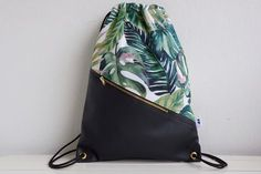 Turnbeutel mit Urlaubsfeeling: trendiger Rucksack mit Palmenmuster Hipsterstyle / gym bag with holiday feeling: trendy backpack with palm tree patter Hipster Stil, Trendy Backpacks, Diy Fashion Projects, Diy Backpack, Rucksack Bag, Backpack Pattern, String Bag, Fabric Bags, Hipster Fashion