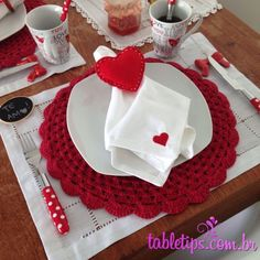 The crochet Sousplat is a piece that serves to complement the decoration of the dining table with sophistication, beauty and elegance. Decoration Table, Table Centerpieces, Be My Valentine, Valentine Day Gifts, Dinner Room, Napkin Folding, Crochet Home, Valentine Decorations, Baby Shower Parties