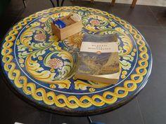 Tavolino in pietra lavica di Caltagirone https://lefotodiluisella.blogspot.it/2017/07/bar-meraviglia-milano.html