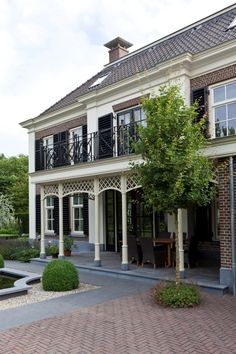 Detaillering luxe villa in classicistische stijl Paving Stones, Humble Abode, Architecture, Curb Appeal, Holland, Pergola, Villa, House Inspirations, Outdoor Structures