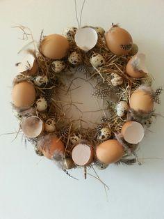 paasdecoratie sisalkrans bekleed met stro en eierschalen