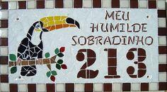 Numero residencial em mosaico, tamanho retangular grande (45x25). Cliente pode escolher cor da borda e do número. O mosaico é realizado em cima de um piso de ceramica e deverá ser fixado na parede com argamassa. Ou poderá ser feito 2 furos para parafusar a pedido do cliente. R$ 180,00