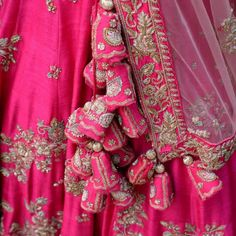 25 Trending Tassels For Lehengas to Amp up the Wedding Look Indian Bridal Lehenga, Pakistani Bridal Dresses, Indian Dresses, Lehnga Blouse, Blouse Dress, Indian Bridal Photos, Rajasthani Dress, Saree Tassels, Party Wear Lehenga