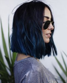 coiffure femme, coupe de cheveux mi longs pour femme, couleur de cheveux violet foncé avec pointes bleu foncé