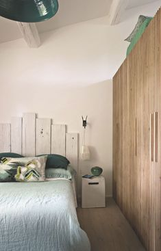 La chambre propose de grandes penderies faisant aussi mezzanine pour les copains. Draps en lin Lissoy, couvre-lit Maison de Vacances et coussin Malagoon. Chevet en céramique blanche Inout, Gervasoni chez Portobello et lampe Hippie carrée de Gaëlle Roux.
