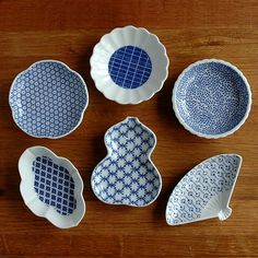 Hasami 波佐見 東屋 Japanese Porcelain, Japanese Ceramics, Japanese Pottery, White Porcelain, Ceramic Tableware, Ceramic Pottery, Ceramic Art, Blue Plates, Small Plates