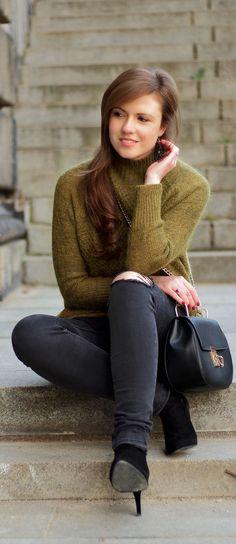 grey ripped jeans, ankle boots zara, cosy oversize sweater khaki, oversize pullover, chloe lookalike, uhr oozoo, pullover mit stehkragen, turtleneck, girl, brunette, hair, herbstoutfit, fall look, autumn look, autumn style