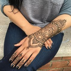 Mehndi Designs will blow up your mind. We show you the latest Bridal, Arabic, Indian Mehandi designs and Henna designs. Henna Hand Designs, Beautiful Henna Designs, Mehndi Designs For Hands, Henna Tattoo Designs, Henna Tattoo Hand, Henna Body Art, Body Art Tattoos, Tatoos, Henna Tattoos