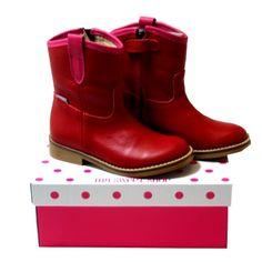 Superschattige rode laarsjes met roos randje van My Sweet Shoe. Ik wacht ongeduldig af tot ze hier aankomen... #kinderschoenen €59,95 (van 89€)