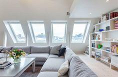 La fenêtre de toit est une belle idée pour votre maison ou appartement, car elle donne beaucoup de lumière dans la chambre où elle se trouve. A la différenc