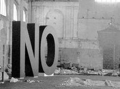 Santiago Sierra, pretende tanto con esta, como con muchas otras más, trabajar y protestar contra el capitalismo. Incluso, él mismo, renunciando al Premio Nacional de Bellas Artes.