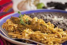 Así se prepara la Salsa de Chile Pasilla en Michoacán.