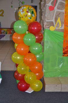 Columna de globos con tema de Atención Atención