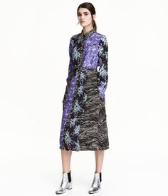 Purple/black floral. Long-sleeved shirt dress in woven viscose with a pointed collar. Snap fasteners at front, decorative chest pocket, and side pockets.